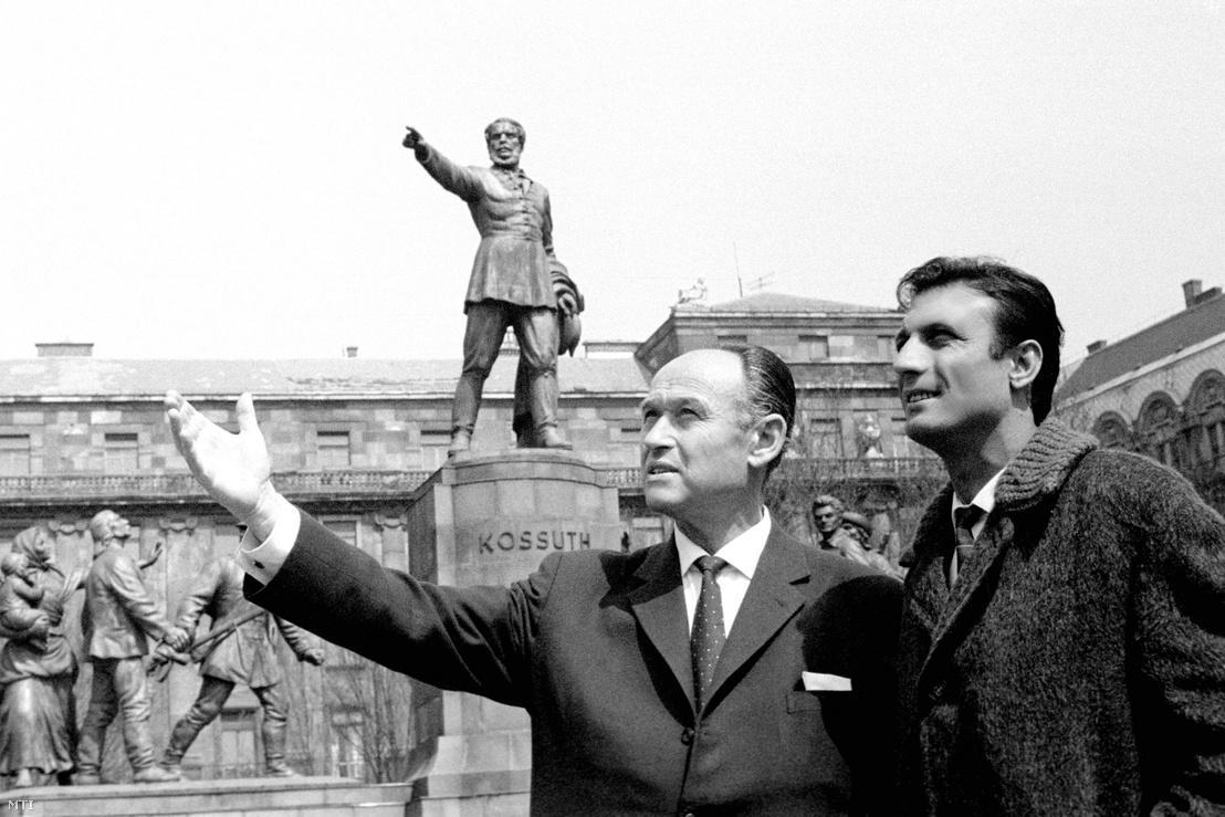 Schwartz Elek edző (b) és Domiciano Cavem a Kossuth Lajos téren. Schwarcz Elek a Benfica sikeres magyar edzője 1964-65-ben. A portugál csapat a Bajnokcsapatok Európa-kupája elődöntőjére érkezett Budapestre