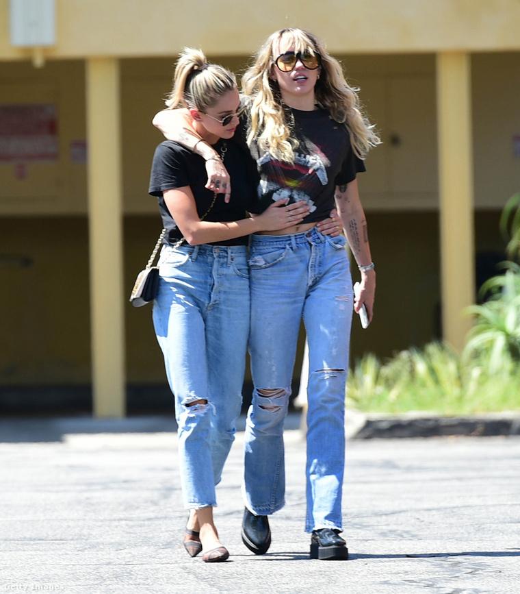 Miley Cyrus (jobb) Kaitlynn Carterrel, aki a legutóbbi publikus barátnője volt