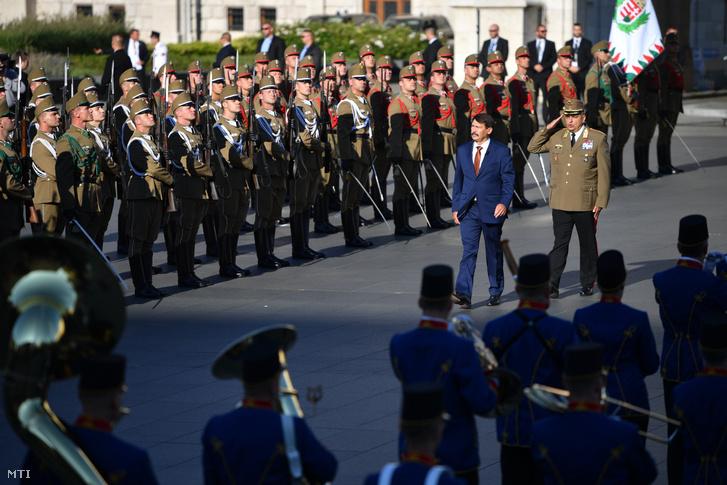 Áder János köztársasági elnök érkezik katonai tiszteletadás mellett az államalapító Szent István király ünnepe alkalmából tartott díszünnepségre és tisztavatásra az Országház előtt a Kossuth Lajos téren 2020. augusztus 20-án.