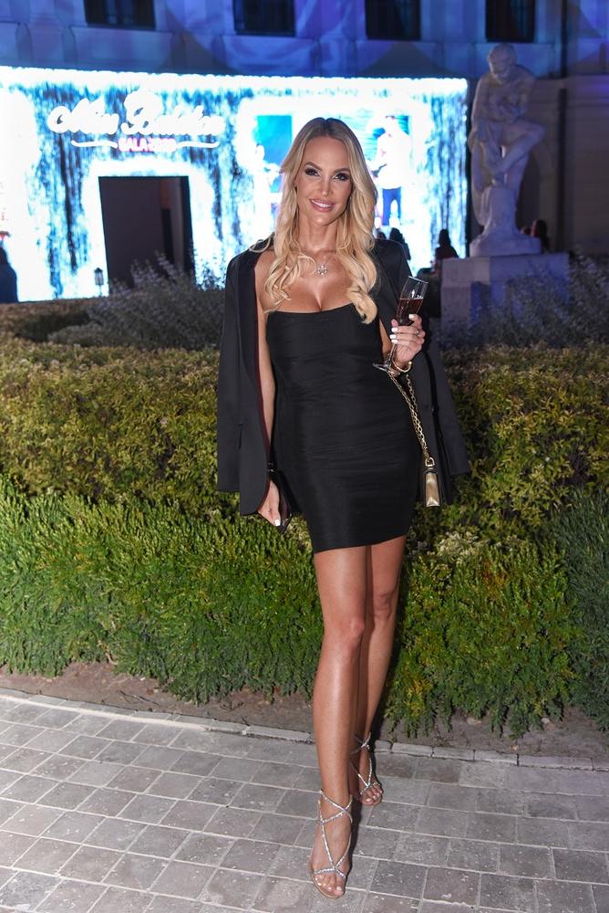 Zimány Linda egy kis fekete ruhában volt ezen az estén, tetszetős dekoltázzsal, természetesnek ható sminkkel és póthajakkal