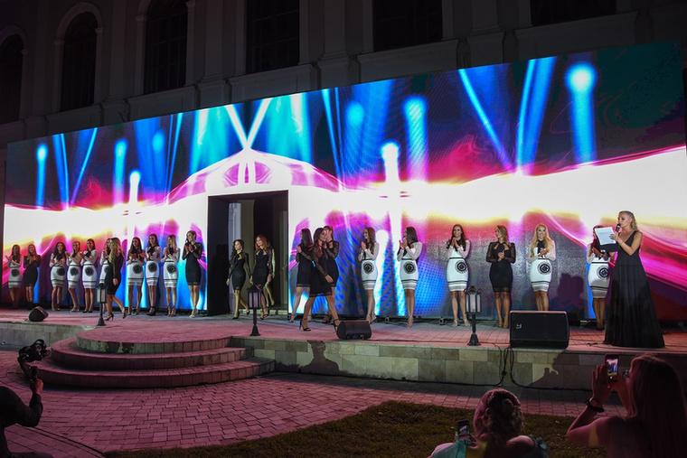 """""""A Miss Balaton elmúlt hat évének döntős lányai együtt vonultak a 2020-as gála színpadán egy exkluzív bemutató keretében"""
