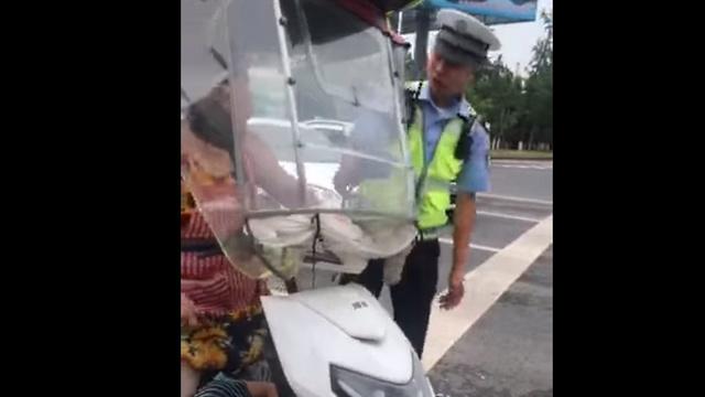 Agresszív motoros matróna vs. rendőrök