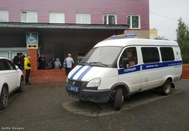 Rendőrautó a kórház előtt, ahová Alekszej Navalnij orosz ellenzéki politikust szállították.