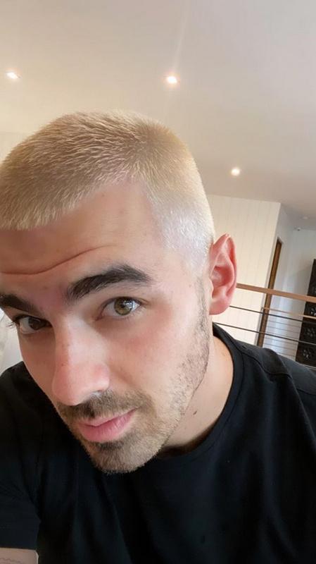 Joe Jonas szőkén. Erre a fotóra ne kattintson, mert nem fog történni semmi.
