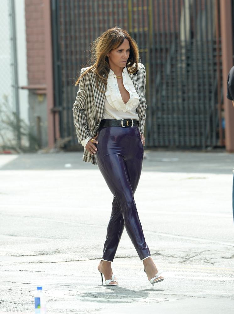 Ez a nadrág olyan az 54 éves hírességen, mintha ráöntötték volna.