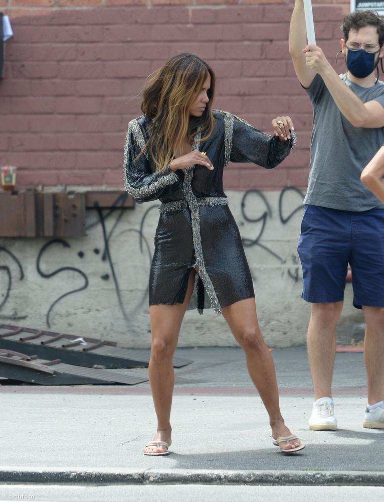 Elöl a combjánál egy marha nagy ziherejsztű tartja össze ezt a ruhát, Liz Hurley és a Versace után szabadon.