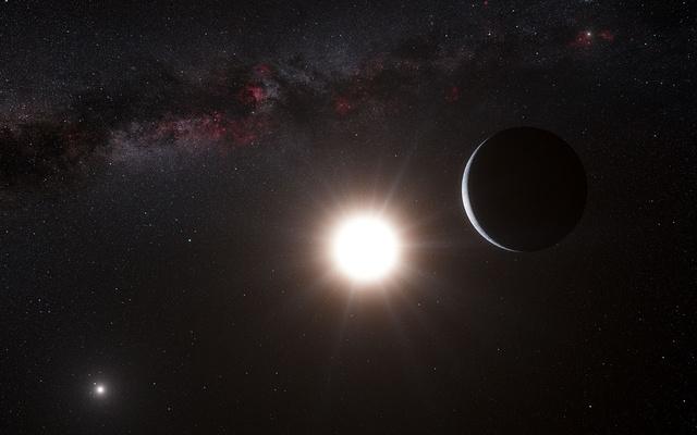 Fantáziakép a bolygóról és az Alfa Centauri rendszeréről. Balra a hármas rendszer legnagyobb tömegű csillaga, az Alfa Cen A, közelebb pedig a bolygó központi csillaga, az Alfa Cen B. A kép jobb felső sarkában saját Napunk látható, amely az alfa Cen távolságában a helyi égbolt egyik legfényesebb csillaga