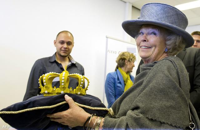 Beatrix holland királynő a királyi korona utánnyomott vátozatával
