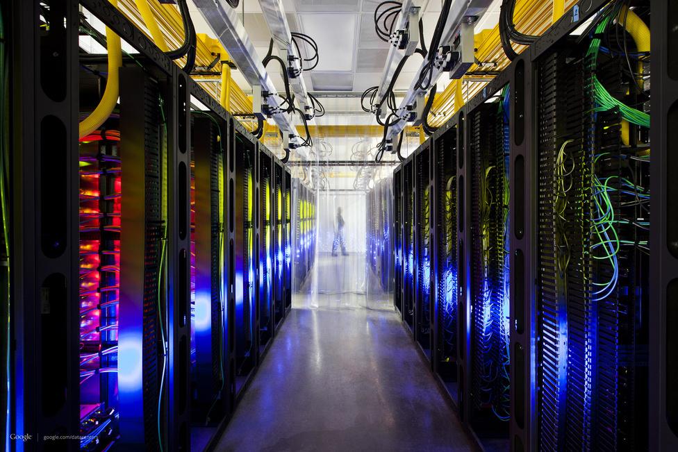 Routerek és switchek az iowai adatközpontban, ezek a gépek teszik lehetővé a kommunikációt a Google adatcenterei között. A kapcsolatok sebessége itt átlagosan 200 ezerszer nagyobb, mint a leggyorsabb otthoni internetkapcsolatoké.