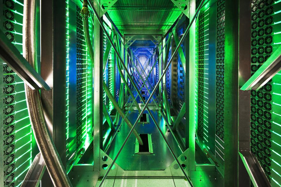 A szerverszekrények közti folyosó, ide fújja ki a forró levegőt a sok száz ventilátor a gépekből. A zöld fényt a szerverek üzemszerű működését jelző ledek világítása adja.
