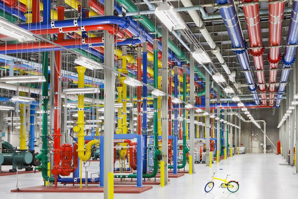 A vízhűtés csővezetékei az atlantai szerverközpontban. A különféle színek a víz hőmérsékletét és folyási irányát jelzik, a méretekhez jó összehasonlítási alapot nyújt a folyosón hagyott bicikli - ilyenekkel közlekednek a mérnökök az óriási szervertermekben.