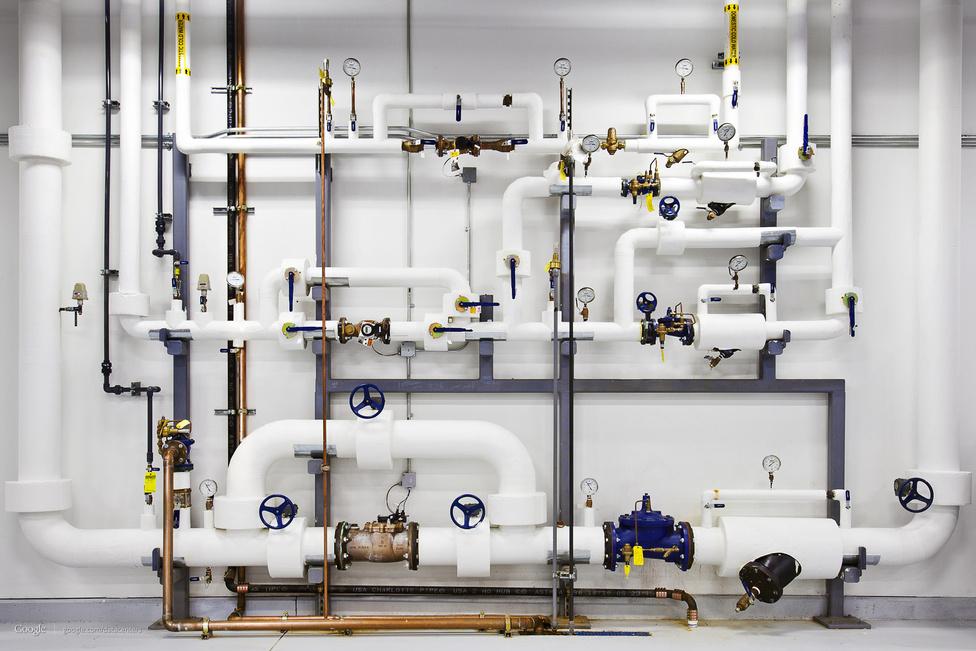 A tűzoltórendszer a georgiai adatközpontban. A csövekben nagy nyomású, megtisztított és többszörösen szűrt víz van.