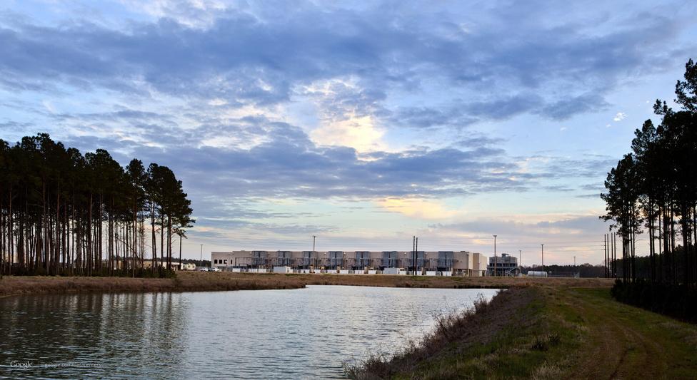 Berkeley County, Dél-Karolina állam, az amerikai keleti partvidéket kiszolgáló egyik legfontosabb Google-adatközpont. 2007-ben épült, 600 millió dollárból, 110 fős személyzet üzemelteti. A képen egy esővíztároló medence látható, jelenleg azzal kísérleteznek, hogy az itt felgyülemlett vizet felhasználják a szerverek hűtésében.