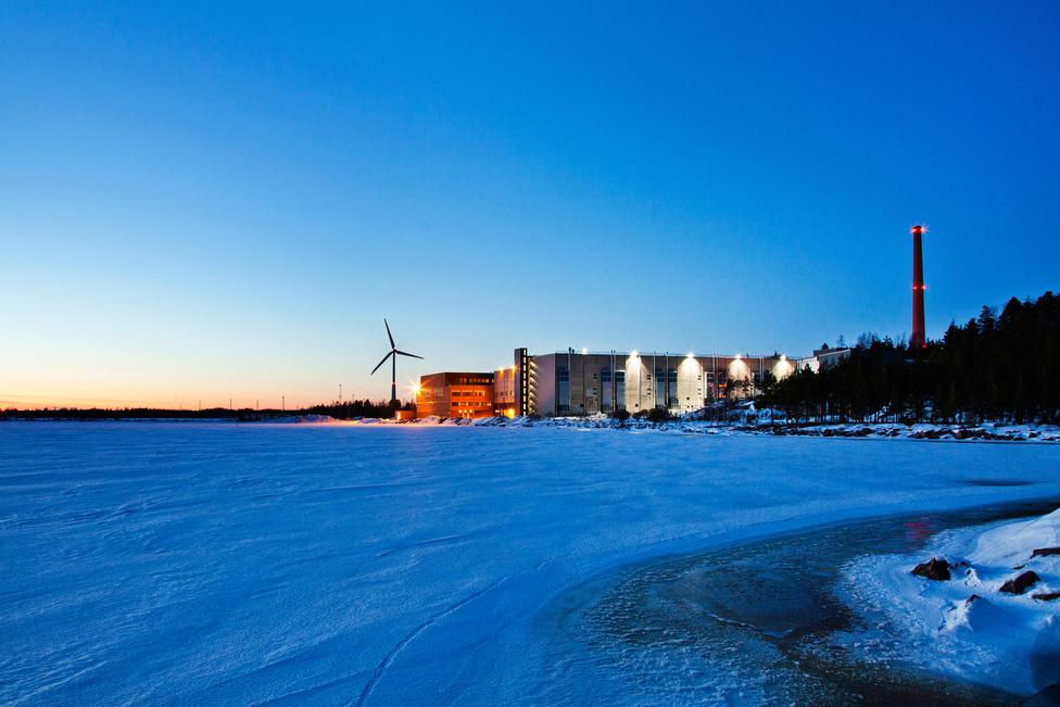 Hamina, Finnország. Az egyik legnagyobb európai Google-adatközpont egy egykori papírgyár épületében foglal helyet, a szerverek hűtését a Balti-tengerből kiszivattyúzott vízzel oldják meg. A 200 millió euróból elkészült szerverközpontot idén augusztusban kezdték el bővíteni, a munka várhatóan másfél évig fog tartani.
