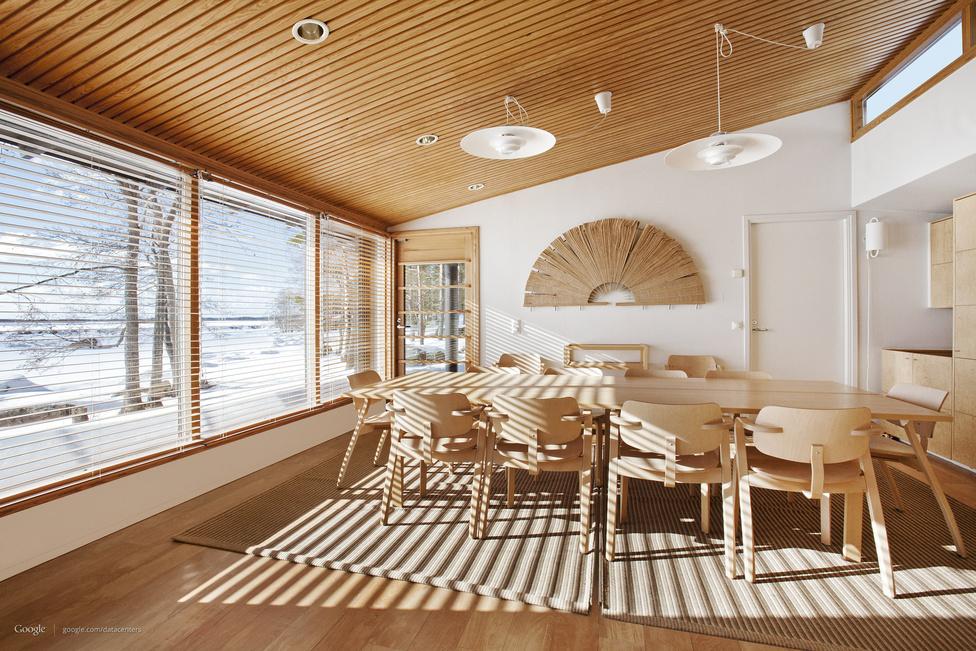 Tárgyalóterem a finnországi adatközpont épületében. A helyi szokásoknak megfelelően a központban szauna is van, amit a munkában megfáradt Google-alkalmazottak ingyen használhatnak.