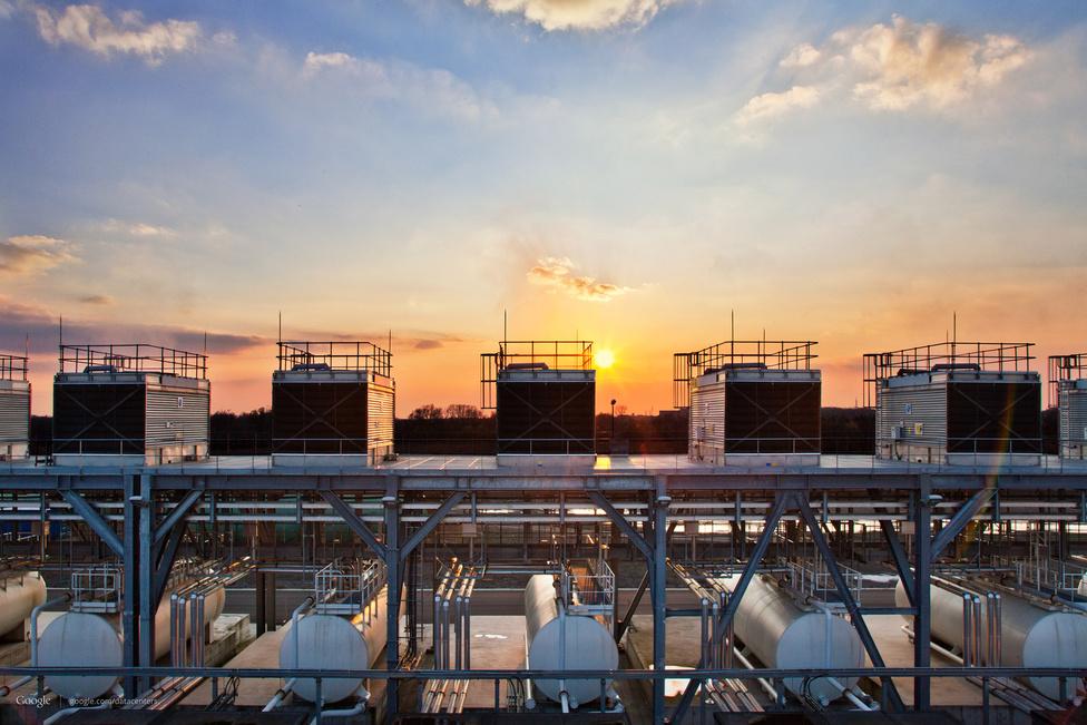 Saint Ghislain, Belgium. A Google 2010-ben adta át az alig 20 ezres kisvárosban a 250 millió euróból épült szerverparkot. A fotón a szerverek hűtéséhez használt vizet keringető tornyok, és a hűtővizet tároló tartályok láthatók a naplemente fényében.