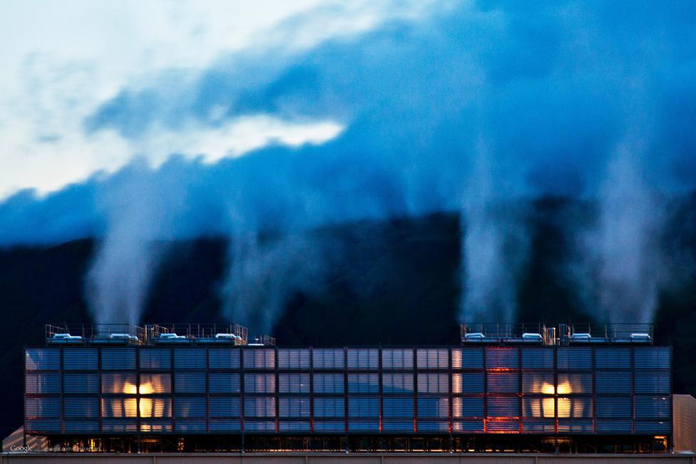 The Dalles, Oregon állam. A cég 2006-ban, 600 millió dollárból építette fel a két focipálya méretű szerverközpontot, amit a hűtést kiszolgáló négyemeletes tornyok egészítenek ki. A helyszínre az állandó, hűvös klíma és a dotkomlufi idejéből megmaradt, kihasználatlan üvegszálas kábelkapacitás miatt esett a Google választása. A közelben folyik a Columbia folyó, aminek a vízierőműve olcsó, környezetbarát árammal látja el a szerverfarmot. Az épületből felszálló füst valójában ártalmatlan vízpára, a légkondicionálás mellékterméke.
