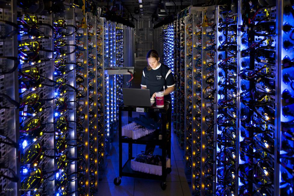 Egy technikus az oregoni adatközpont 150 fős személyzetéből egy túlmelegedett processzort ellenőriz. A Google nagyrészt a kereskedelmi forgalomban kapható, olcsó alkatrészeket használ nagy tömegben, így gyorsan és könnyen lehet cserélni a meghibásodott darabokat.