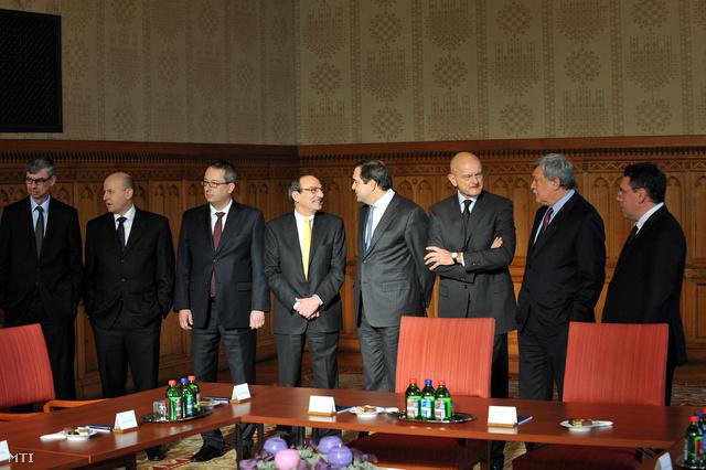 2011, a Bankszövetség és a kormány közötti megállapodásban érintett pénzintézetek vezetőinek találkozója az Országházban