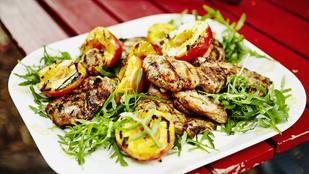 Fokhagymás kefirben pácolt csirkemell – grillezett, csilis nektarinnal a legfinomabb