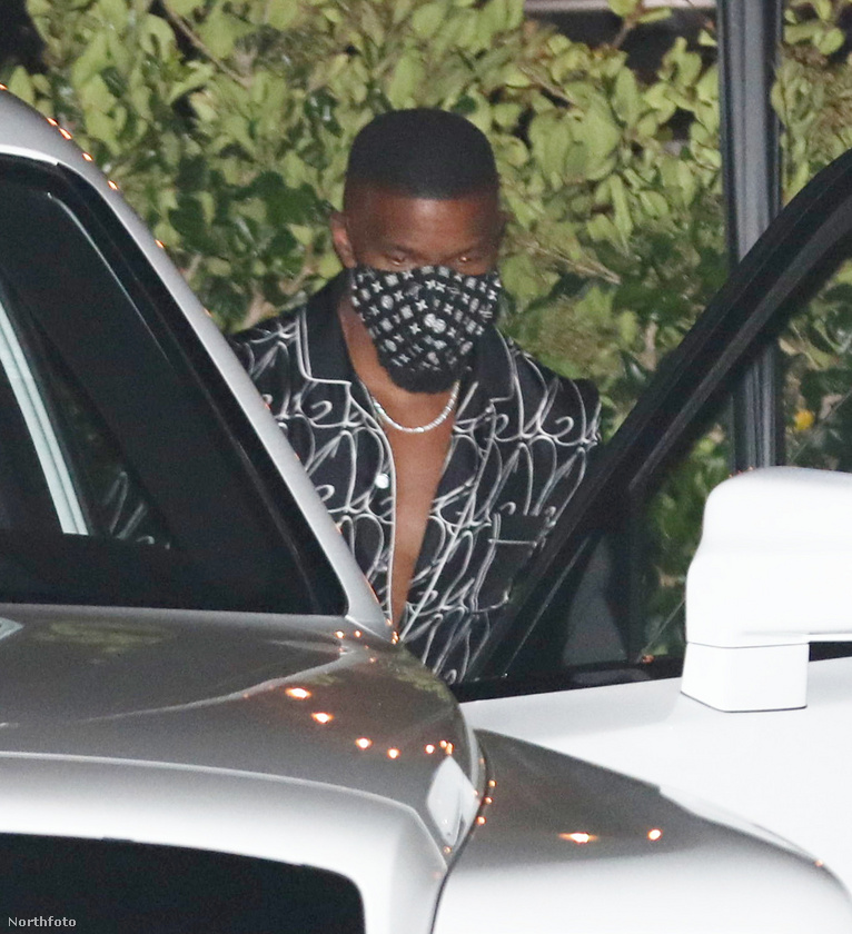 A színész egy Louis Vuitton márkájú maszkot visel, és emlékezetes, hogy ez a luxuscég hétköznapi használati tárgyakat is árusít, általában hátborzongató árakon.