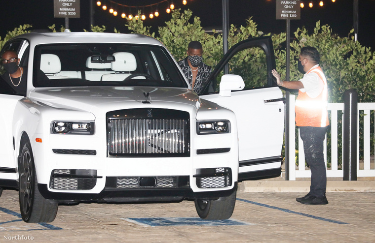 Az 52 éves színész ugyanis egy Rolls Royce Cullinannal közlekedik a fotók tanúsága szerint.