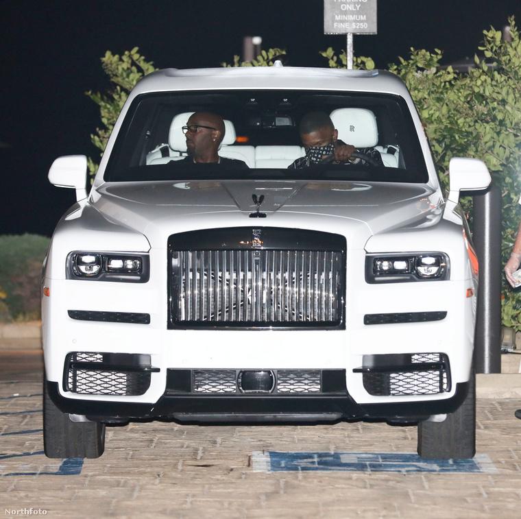 Nyilván az autójához öltözött: a kocsi is fekete-fehér.