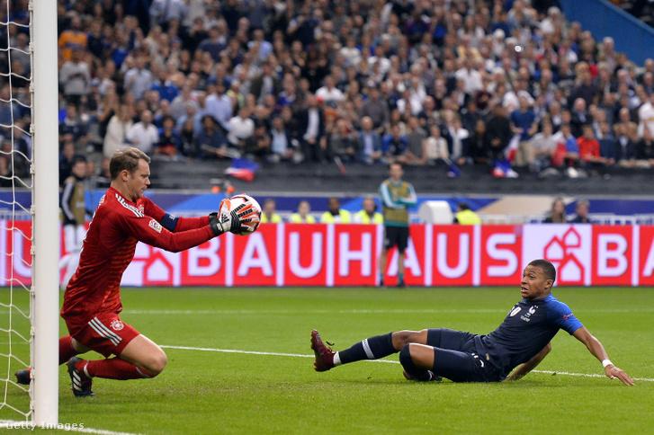 Manuel Neuer és Kylian Mbappé a Franciaország-Németország Nemzetek Ligája mérkőzésen 2018. október 16-án, Párizsban.