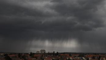 Zivatarok, felhőszakadás jön vasárnap, figyelmeztetést adtak ki