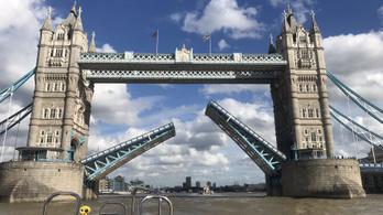 Egy órára beragadt a Tower Bridge, megbénult London közlekedése