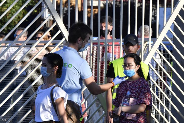 A koronavírus-járvány miatti óvintézkedések betartásával, testhőmérséklet-mérés után engedik be a nézőket a Magyar Állami Operaház Eiffel Műhelyházának udvarán megrendezésre kerülő Parkfoglaló gálára 2020. augusztus 19-én