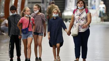 A WHO maszkviselést javasol a 12 évnél idősebb gyerekeknek