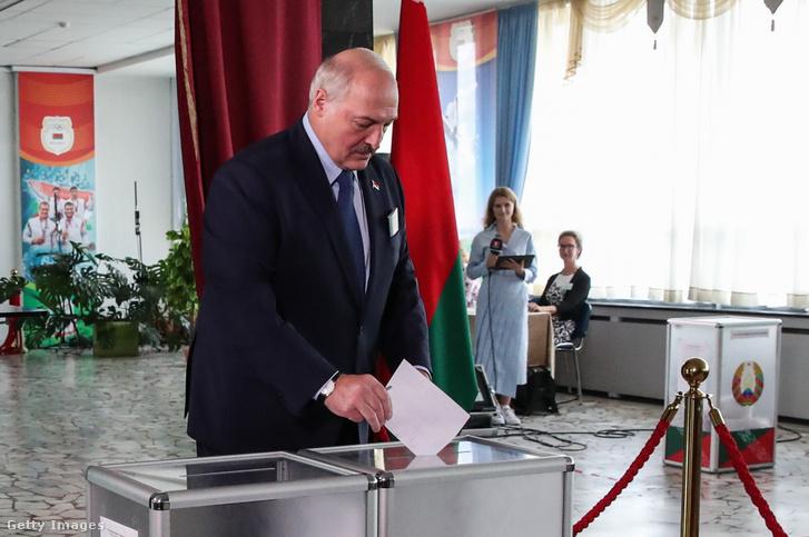 Lukasenko leadja a szavazatát 2020 augusztus 9-én.