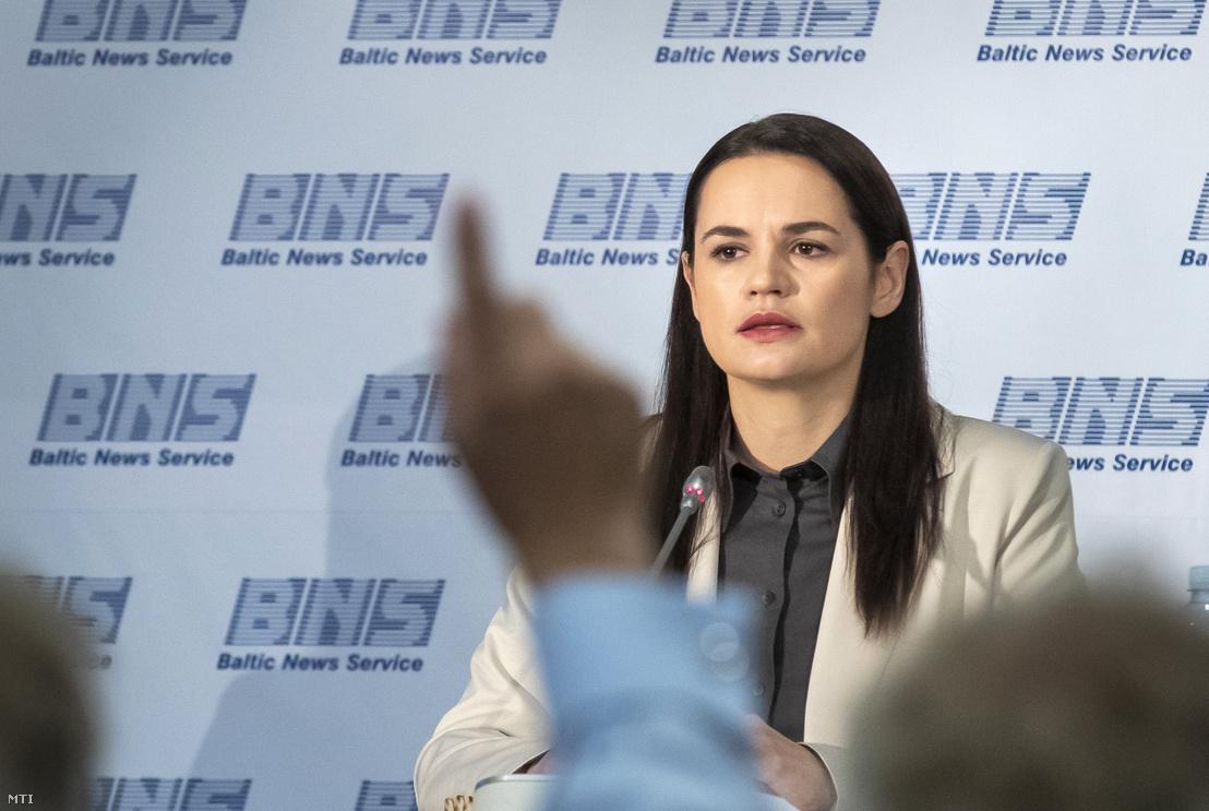 Szvetlana Tyihanovszkaja fehérorosz ellenzéki vezető sajtótájékoztatót tart Vilniusban 2020. augusztus 21-én