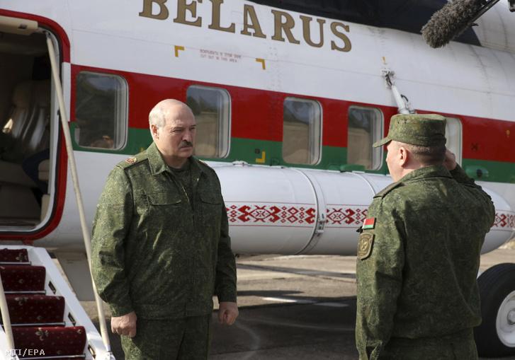 Alekszandr Lukasenko fehérorosz elnököt (b) fogadja Viktor Hrenyin védelmi miniszter a Grodno melletti a lengyel és a litván határól néhány kilométerre fekvő katonai gyakorlótéren 2020. augusztus 22-én