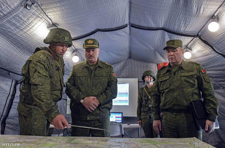 Aljakszandr Lukasenko fehérorosz elnök (b2) és Viktor Hrenyin védelmi miniszter (j) a Grodno melletti a lengyel és a litván határól néhány kilométerre fekvő katonai gyakorlótéren 2020. augusztus 22-én