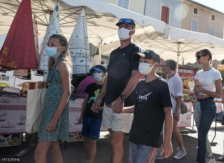 Védőmaszkot viselő vásárlók a délkelet-franciaországi Malaucéne település piacán