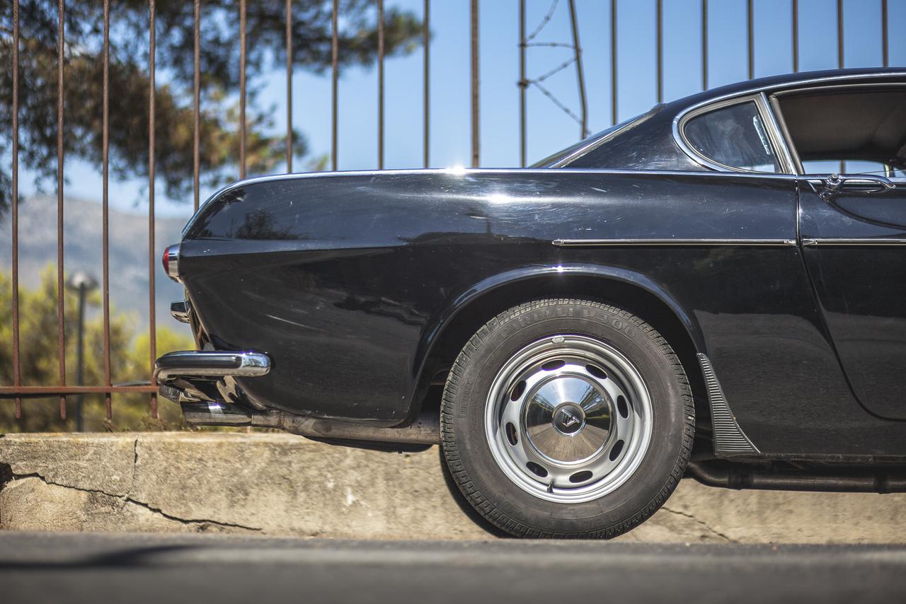 A Philip tervezője ugyanaz a Jan Wilsgaard volt, akinek az Amazon is köszönhető, és a ránézésre a Ford Anglia és Volga M21 szerelemgyerekét saját bevallása szerint a Kaiser Dragon inspirálta. A Volvo szedánjához készült egy V8-as, 120 lóerős motor is, a B8B. Az 1952-ben elkészült Philip végül sosem került gyártásba, az egyetlen prototípust egy darabig az igazgatóság tagjai használták, majd bekerült a Volvo múzeumába. A B8B pedig, némi modosítást követően, B36-ként került be a Volvo Trygge és Snabbe teherautókba.