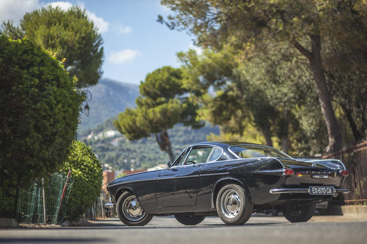 A P1800 felelőse Helmer Petterson mérnök lett, aki Amerika helyett Olaszország felé fordult. A Volvo egészen 2009-ig ragaszkodott is ahhoz, hogy a dizájn vegytisztán olasz. Az azóta megismert történet szerint 1957-ben Helmer Petterson megbízta a Carozzeria Ghia alatt dolgozó Pietro Frua stúdióját, hogy készítsenek öt tervet egy 2+2 üléses sportkocsira.