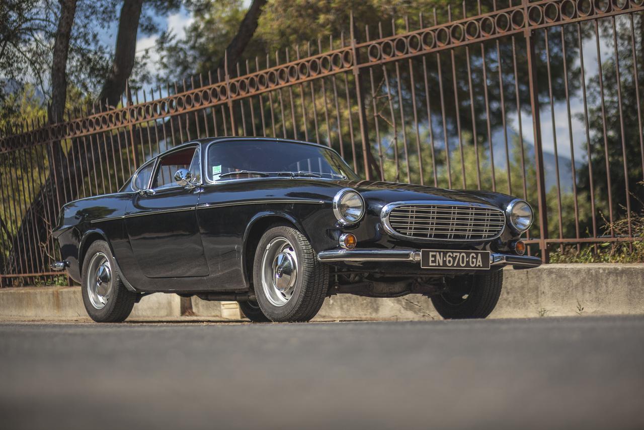 Az autózás szeretetének tortáján a hab mindenképpen az ezernyi történet és legenda, ami egyes autókat és embereket körülvesz. A P1800 kalandos születése az ötvenes évekig nyúlik vissza. Ahogy mostanság mindenki a kínai piacot akarja letarolni, úgy a háborút követően az amerikai volt a cél. Az ötvenes években a Volvo is erről álmodozott, így 1952-ben készítettek egy szedánt, amit kifejezetten az amerikai piacra szántak, ez volt a Volvo Philip.