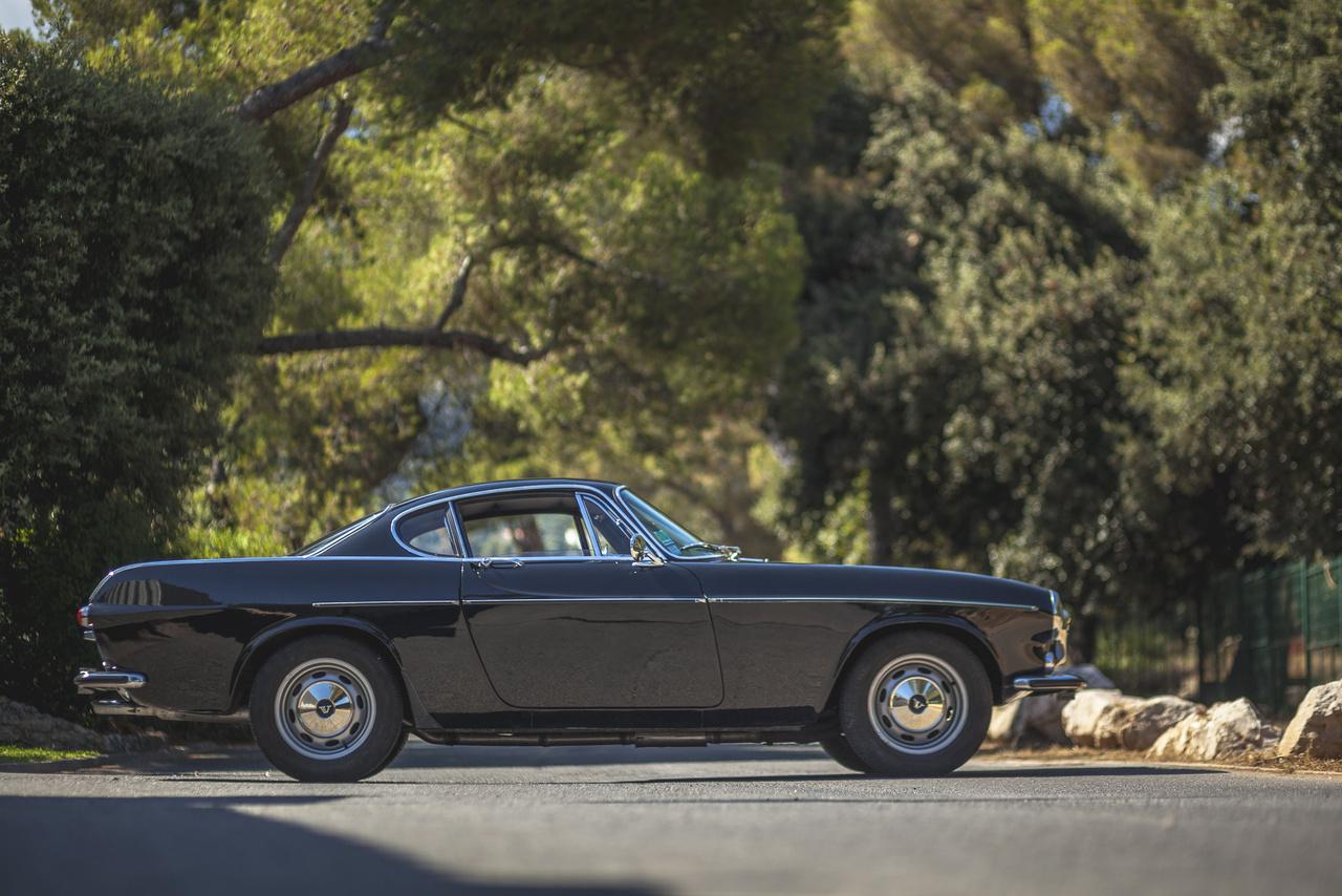 Végül az angol Jensennel állapodott meg a Volvo vezetése tízezer P1800 legyártásáról. A karosszériaelemeket Skóciában, a linwoodi Pressed Steel Company készítette, az összeszerelésre pedig a Jensen West Bromwhich-i üzemében került sor. Az első P1800 1960 szeptemberében készült el, és azonnal hatalmas siker lett, amit csak tovább növelt két évvel később Roger Moore 'Az Angyal' című sorozata. Mit sem rontott ezen, hogy Simon Templar autójának eredetileg az E-Type-ot szánták a készítők, de a Jaguar visszautasította kérést.