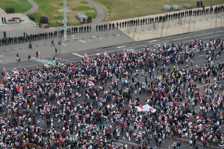 Tüntetők Minszkben szemben a katonai sorfallal 2020. augusztus 23-án.
