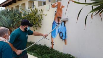 Eltávolítottak egy kukkoló fiatalokat ábrázoló híres izraeli falfestményt egy strandról