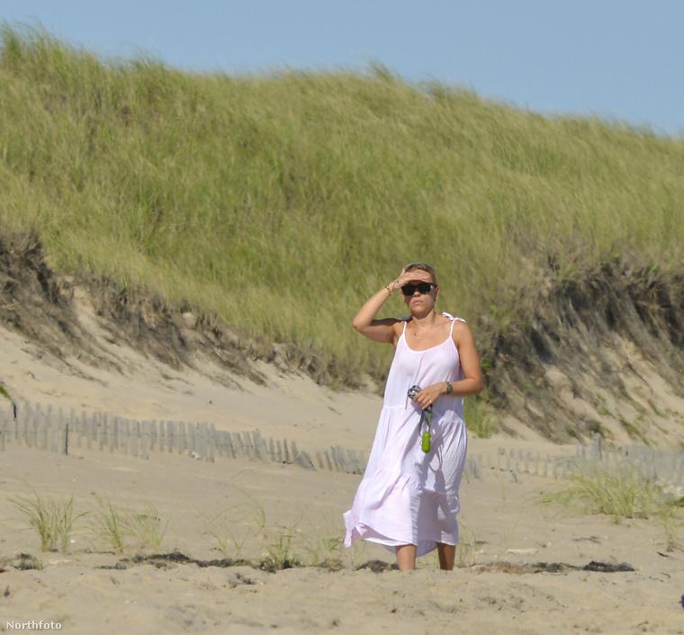 Az óceánparton magában bolyongó színésznő viszont hamar elvesztette társaságát: a képügynökségi tájékoztatás szerint az önfeledt bícselésnek a messzire szaladt kutyája vetett véget