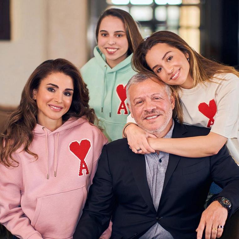 Ránija királynő otthonosan mozog a közösségi oldalakon is, van Youtube-csatornája (melyre az utolsó videót 11 hónapja töltötte fel), van Instája, és Facebook-oldala is