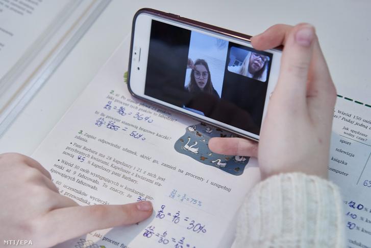 A digitális oktatás keretében kapott házifeladatát készíti otthonában egy általános iskolás lány 2020. március 17-én.