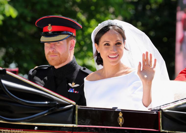 Maga az esküvő (magától értetődően) hatalmas felhajtások közepette valósult meg,  bizonyos cikkek szerint Harry hercegék kiadásai többszörösei voltak Vilmos és Kate Middleton esküvőjének.