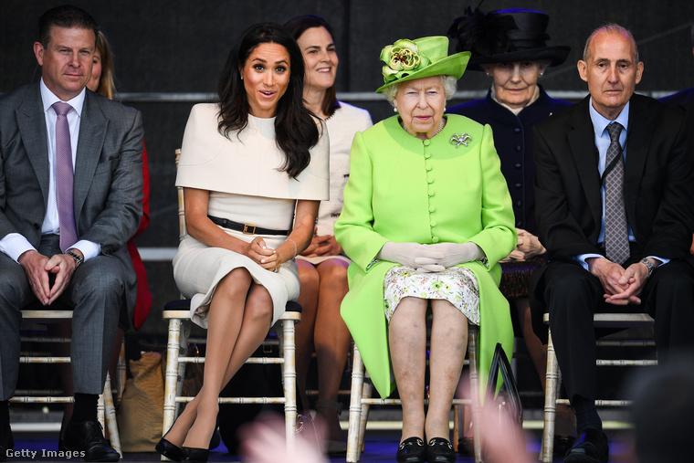 További problémát jelentett a királyi család és Markle között, hogy Harry és Vilmos hercegnek ugyanabból az anyagi keretből csipegethette ki a fontokat, természetesen csak apjuk, Károly herceg jóváhagyása után, aki inkább Vilmosnak kedvezett, aki elsőszülött fiú (értsd: leendő trónörökös) jogán sokkal több pénzre tarthatott igényt, amit meg is kapott