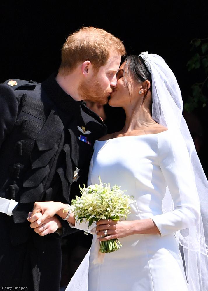 Azt azonban meg kell hagyni, Markle és Harry herceg csókja igazán szenvedélyesre sikerült, ellentétben Vilmos és Kate Middleton első nyilvános csókjától.
