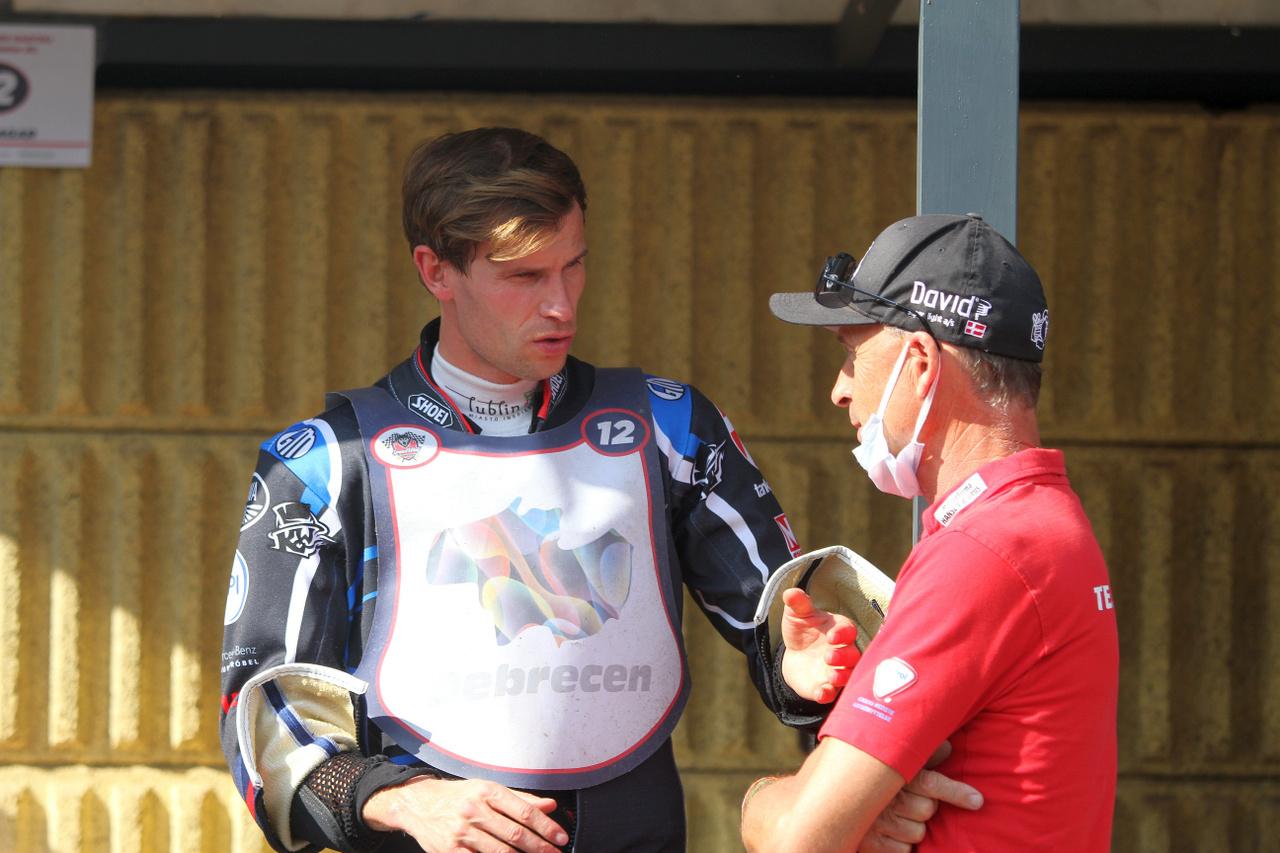 Matej Žagar igazi sztár, GP menő, háromszoros EB-győztes. Debrecenben egy nap alatt háromszor javította meg a pályacsúcsot, és végül behúzta a döntőt is, ezzel ő lett a 45. Debrecen Grand Prix győztese. A képen éppen a nála is nagyobb királlyal, Hans Nielsennel szakmázik.                         A végső pályarekordot egyébként végül Aleksandr Loktajev állította be (1:06.88)